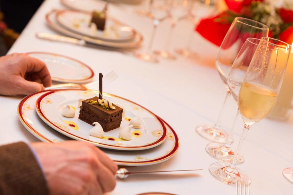Restaurant Le Médicis Autun - Présentation d'un dessert au chocolat