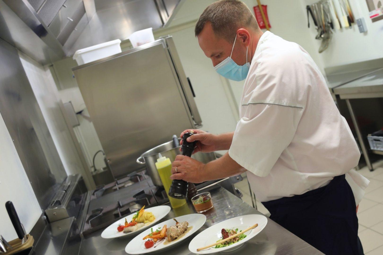 Chef cuisinier Résidence services senior France, jeune femme qui coupe de la terrine