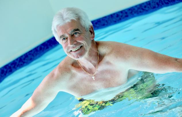 Résidents faisant de l'aquagym dans une des résidence services senior avec piscine Villa Médicis