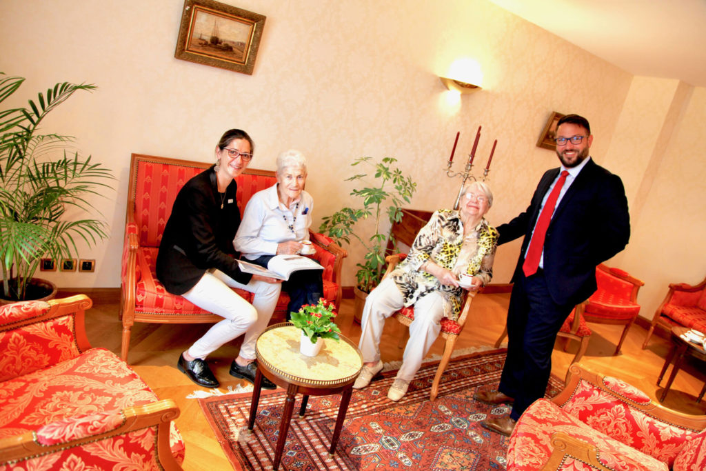 Moment convivialité résidents et aides - Villa Médicis