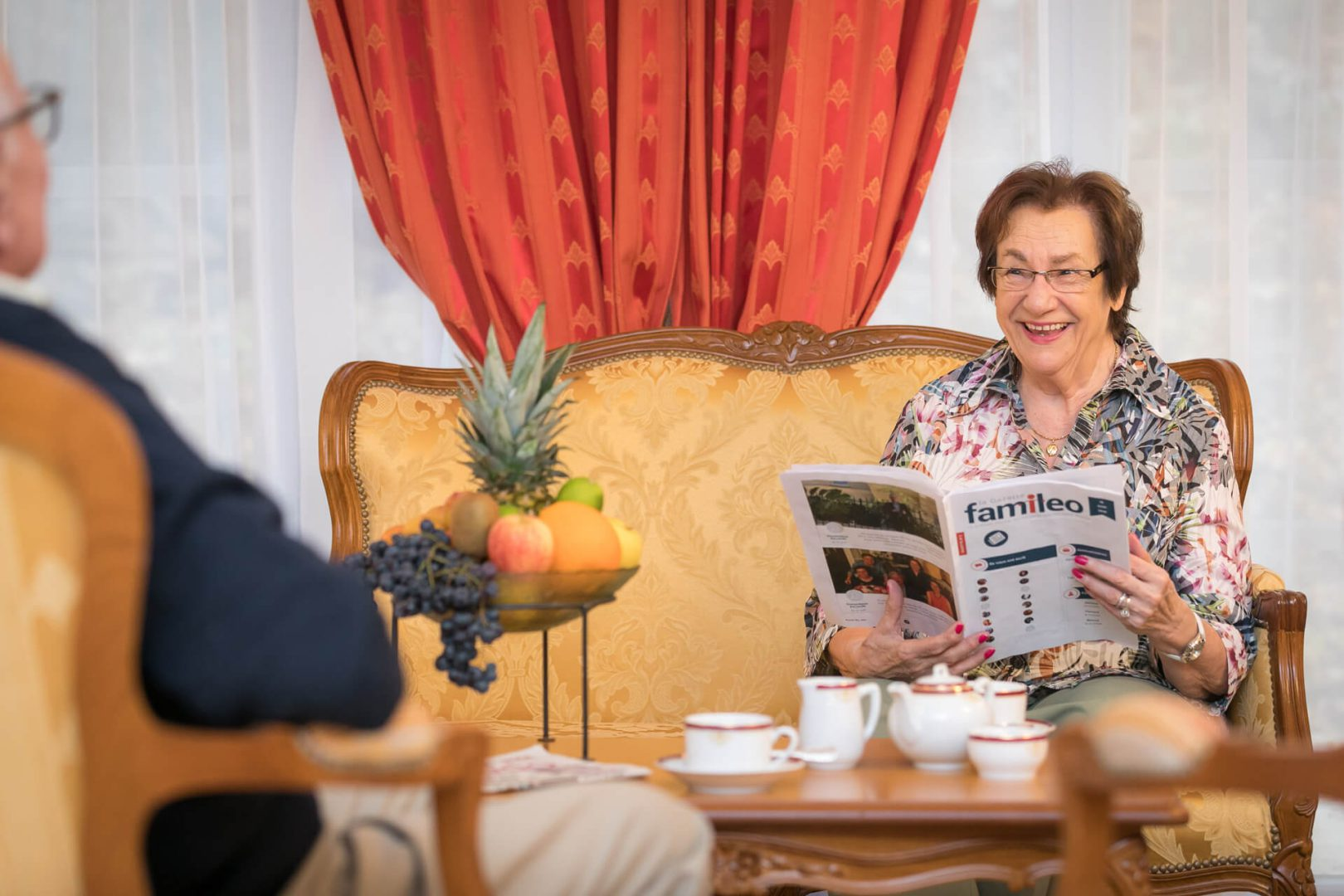 Résidence services France - Seniors lisant un journal