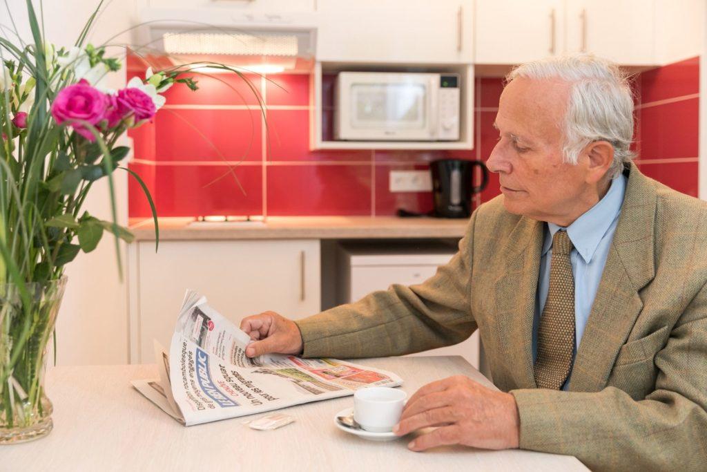 Résidences pour personnes âgées - Une résidente serre la main à un directeur d'une des villas