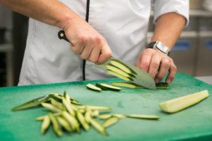 Restaurant Le Medicis - Le chef cuisine des courgettes