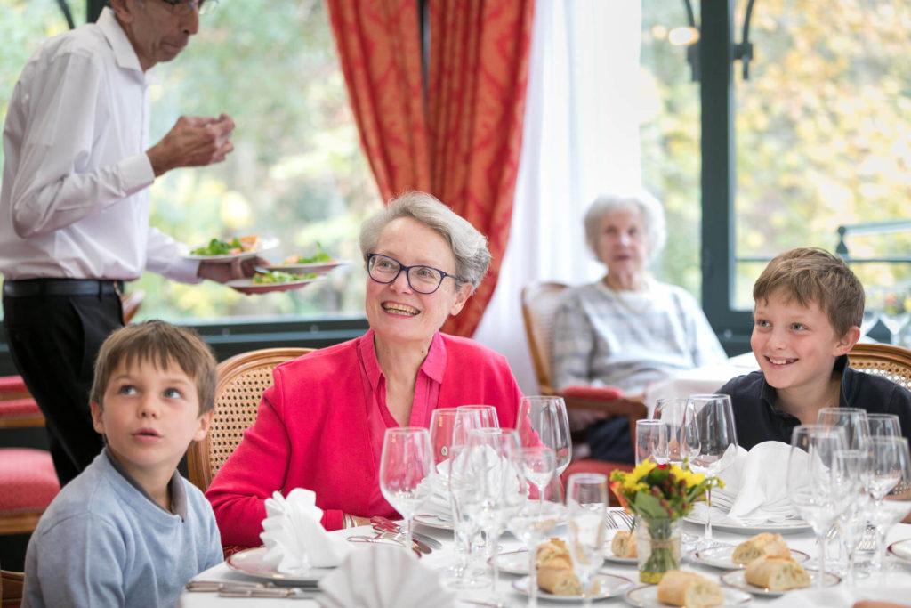 Restaurant senior Petits enfants avec grand-mère