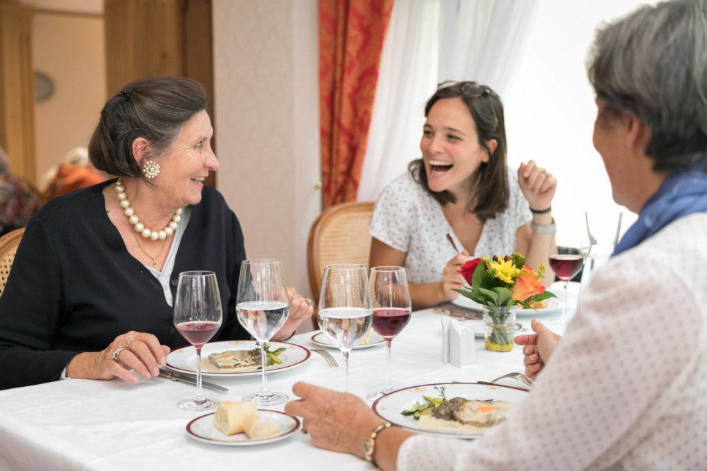 moment en famille au restaurant gastronomique dans une des résidences pour personnes âgées