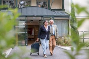 Résidence service senior - Personnes âgées se dirigeant au marché