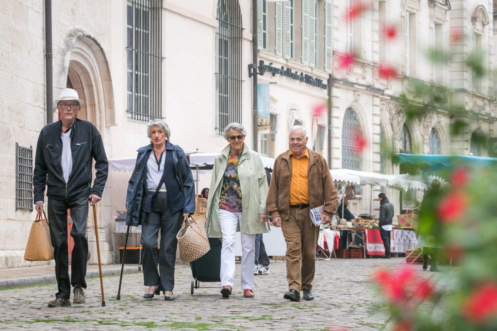 Résidence senior Besançon - une belle opportunité de vie, des résidents se dirigeant au marché