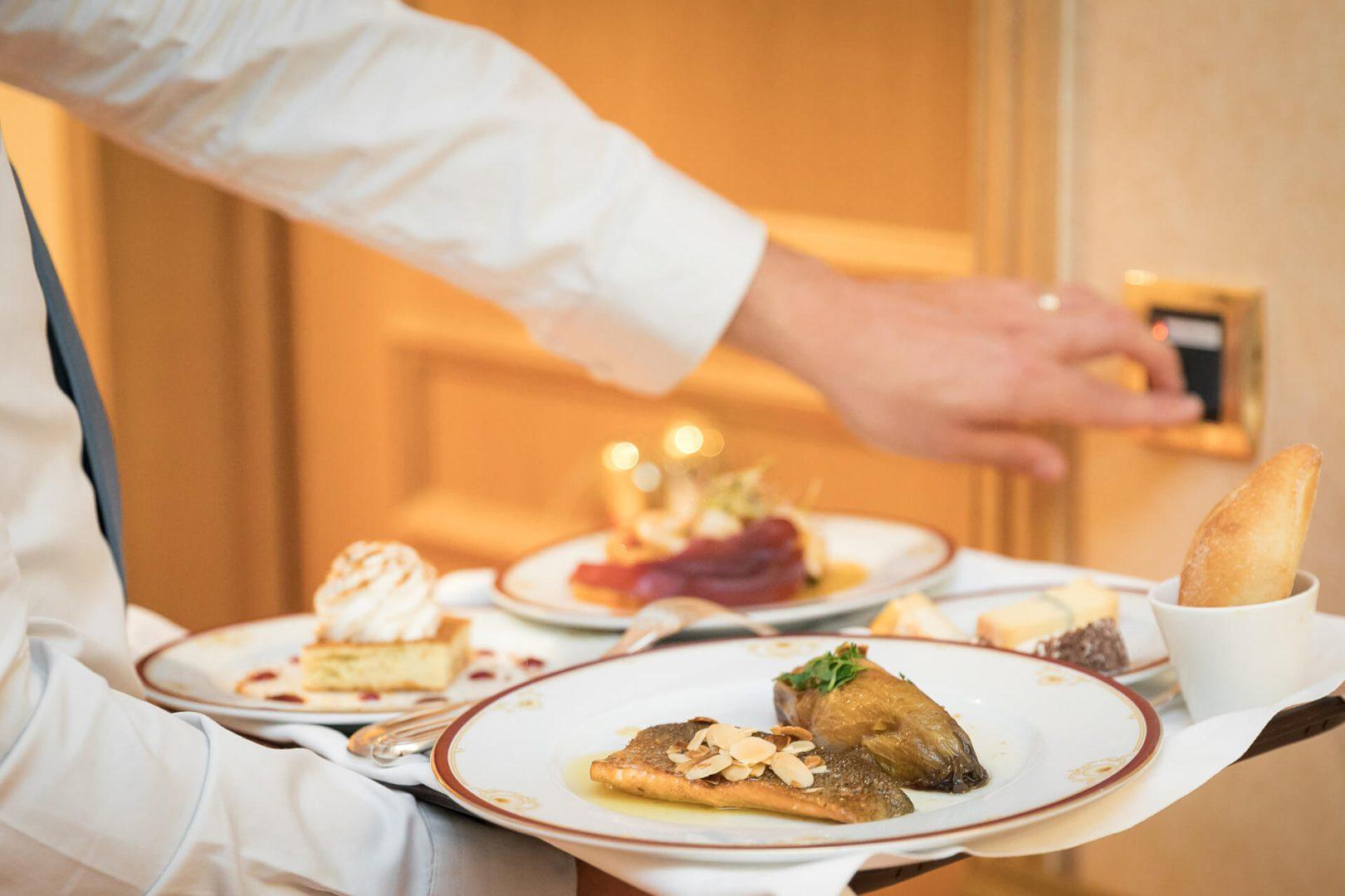 Service Résidence senior Restaurant - Serveurs avec plats