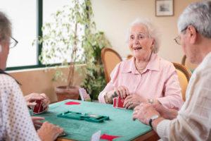 Partie de bridge dans une des résidences seniors services Villa Médicis