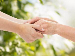 Résidence services senior, un service adapté à chaque personne, mains tenant une autre main