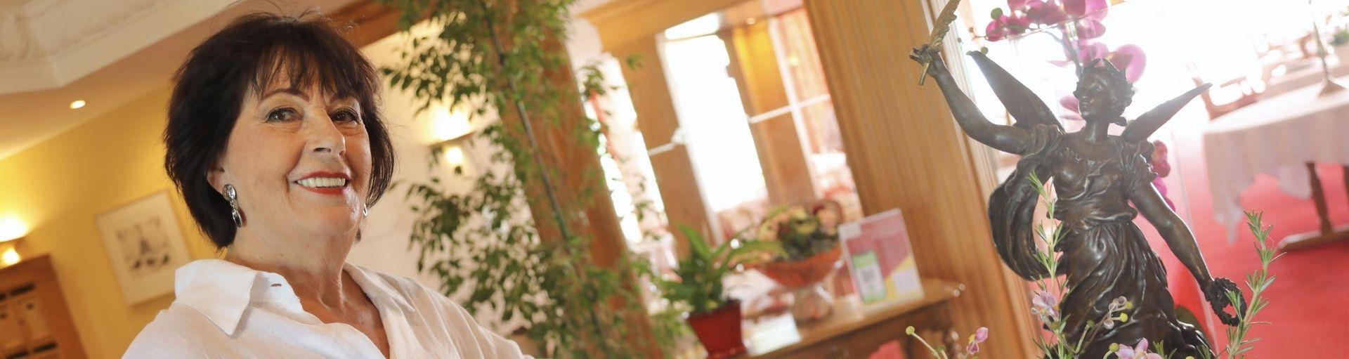 Résidentes avec verre de champagne à la résidence services senior Villa Médicis