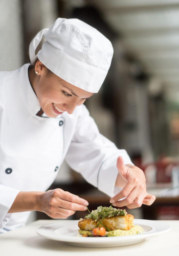 Restaurant Le Médicis, un chef cuisinier dresse un plat