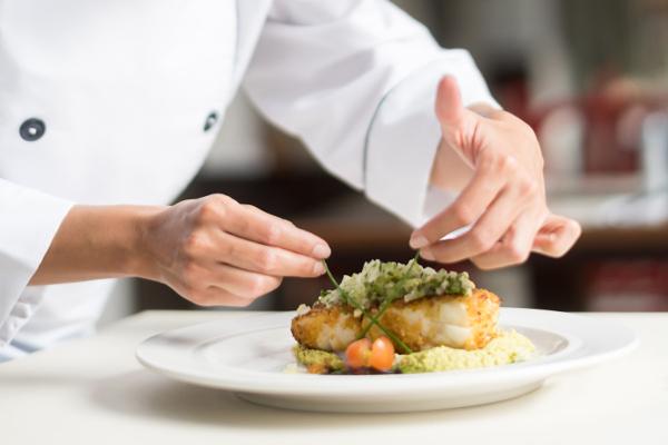 Préparation culinaire à la résidence services senior Villa Médicis