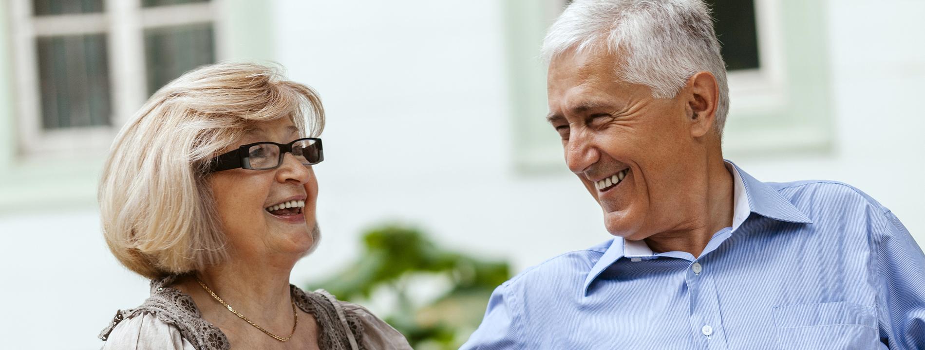 Couple de résidents heureux à la résidence services senior Villa Médicis
