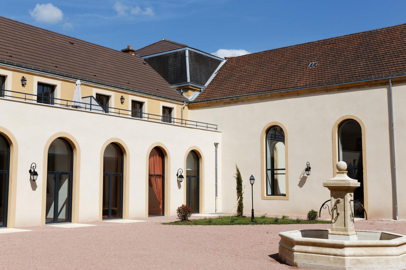 Cour extérieure de la Résidence senior Paray Le Monial