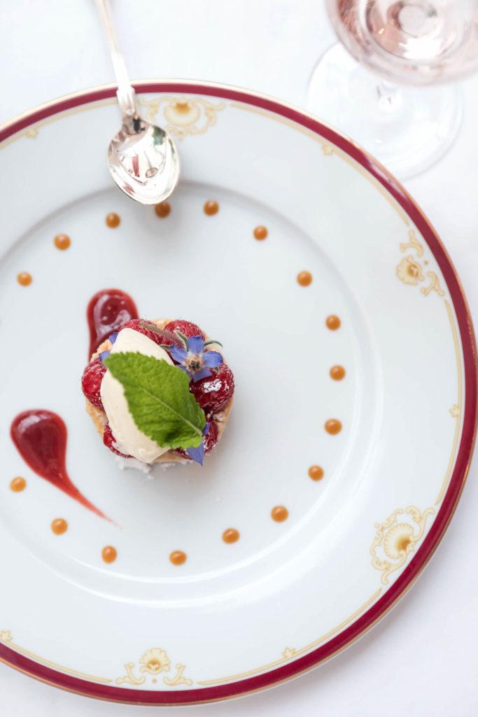 Présentation élégante et gourmande d'un dessert du restaurant Villa Médicis