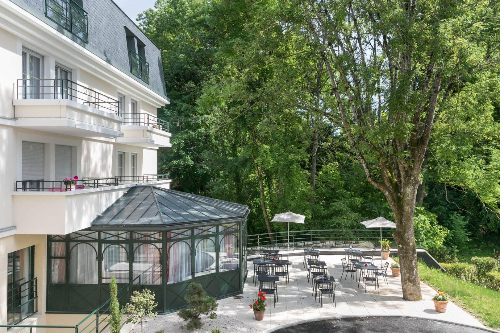 Découvrez la terrasse et le jardin de la résidence senior Dijon Villa Médicis - Petites Roches