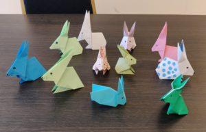 Légende : Loisirs résidence sénior, origamis en forme de lapin pour célébrer Pâques 2021